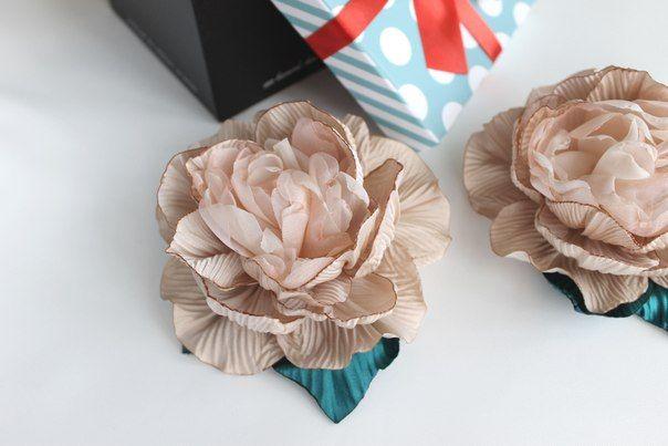 ШОВКОВА КВІТКА.Цветы из ткани в украшениях(броши
