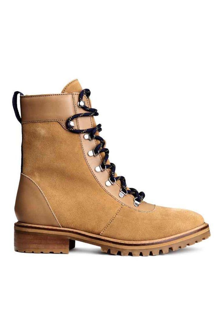 Замшевые ботинки: PREMIUM QUALITY. Замшевые ботинки с отделкой из кожи. На ботинках высокое голенище с уплотненным краем, а также шнуровка на крючках. Острый нос и язычок контрастного цвета сзади. Подкладка и стелька из ткани. Грубая подошва из резины.