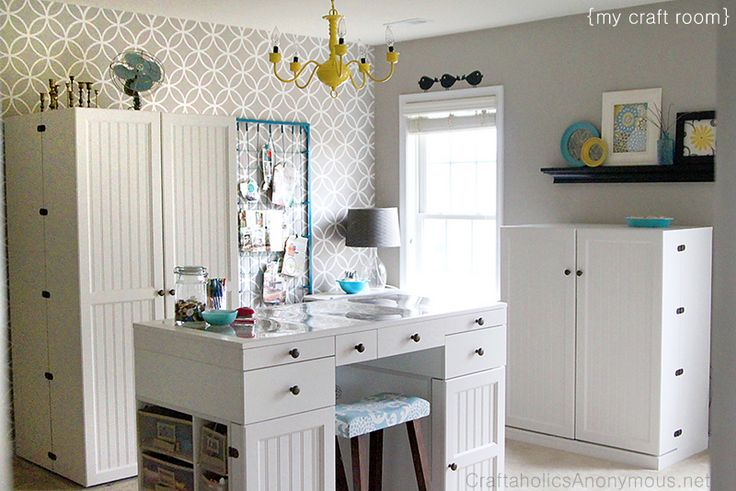 Love this Craft Room! So many great ideas for storage and #organization.