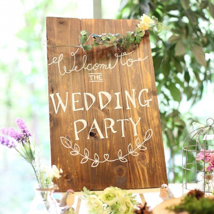 *Wedding report*  手作りウェルカムボード  100均の板を塗り②してつなげてポスカで手書き、、 不器用丸出しな感じやけどそれも味って事で、、w.  プランナーさんとフローリストさんのお陰でイメージ通りのウェルカムスペースになりました。 感謝ー! やっぱり好みを伝えるのは大事だわっ!  #プレ花嫁 #卒業#花卒 #ウェルカムボード#手書き #100均#ありがとう #ウェルカムスペース #KKwedding