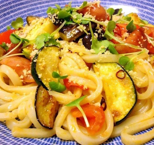 ナス、ズッキーニ、トマトがたっぷり(*´艸`*)パスタにしようと思ったら麺がなくて、急遽うどんに変更。 - 14件のもぐもぐ - 夏野菜の焼きうどん by saom24