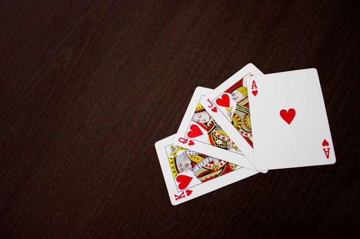 As cartas do baralho comum, aquelas que já lhe proporcionaram divertidas tardes de jogo, podem falar consigo.