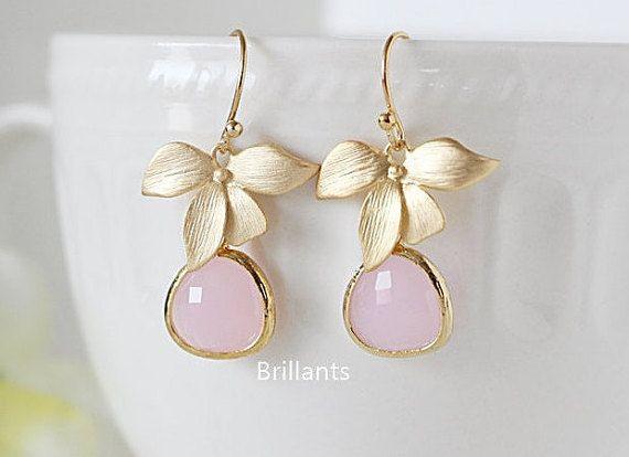 Orchideebloem en ijs roze steen oorbellen Grote sieraden voor elke gelegenheid. \ Materiaal - verguld over messing, glas steen \ Earring lengte - 35 mm (1,5 inch) \ Maatregel - orchidee H. 15mm x W. 21mm / steen H. 15mm x W. 13mm \ De bijpassende ketting beschikbaar https://www.etsy.com/listing/194349401/personalized-pastel-pink-stone-necklace \ De sieraden wordt geleverd in een geschenkbox ** Controleer of het beleid van de winkel voor verzendgegevens en sie...