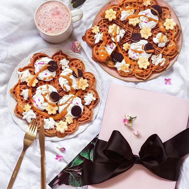 Sunday pampering in bed. ⛅️Fluffy & crispy gluten-free vegan waffles w/ coconut whipped cream flowers, banana coins and PB. + Some beauty indulgence perfect for slow Sunday. Made a lovely collab with @glamlinsuomi that offers digital beauty consultation online, which helps people to find the right products for their needs and then sends a personalized beauty product box to them. You can choose the area where you need help, skin care, makeup, hair and so on and what type of products y