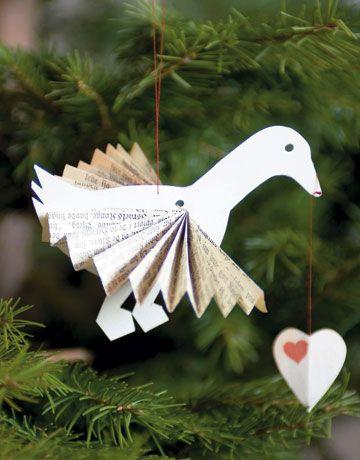 Julegåsen skal på bordet, men den gør sig også godt på træet. Her med vinger foldet som en vifte.