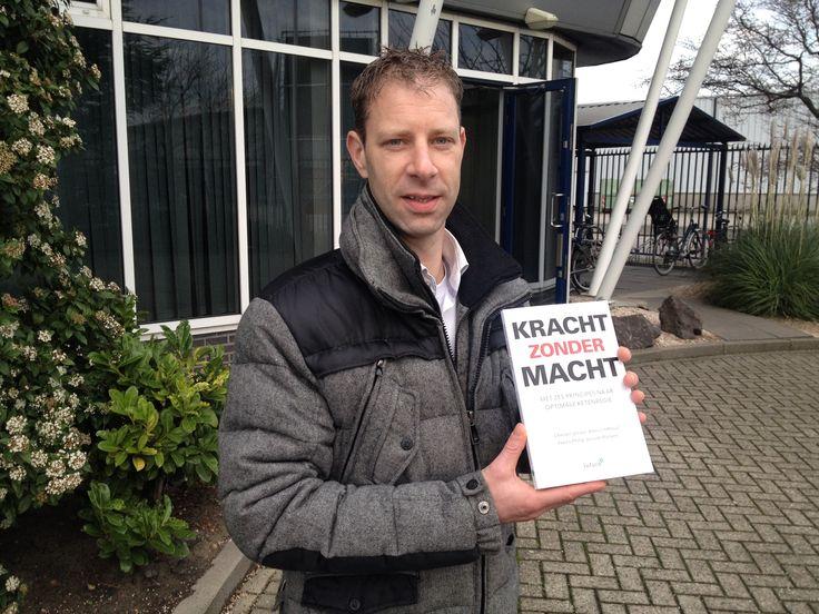 Uitgever Maarten trots op de inmiddels vijftiende titel van Futuro Uitgevers: 'Kracht zonder macht'. Vandaag het proefboek opgehaald bij de drukker. #krachtzondermacht #futurouitgevers