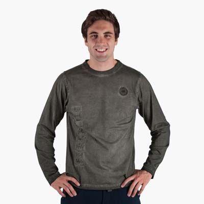 """T-shirt invernale a manica lunga in morbido cotone per uno stile grintoso. Particolare la """"tintura a freddo"""". Patch importante che esalta lo..."""