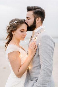 Tipp: Nehmt eine Lichterkette mit Batterie mit zu eurem Paarshooting nach der Hochzeit! Foto: http://sandrahuetzen.de für schlechtes wetter