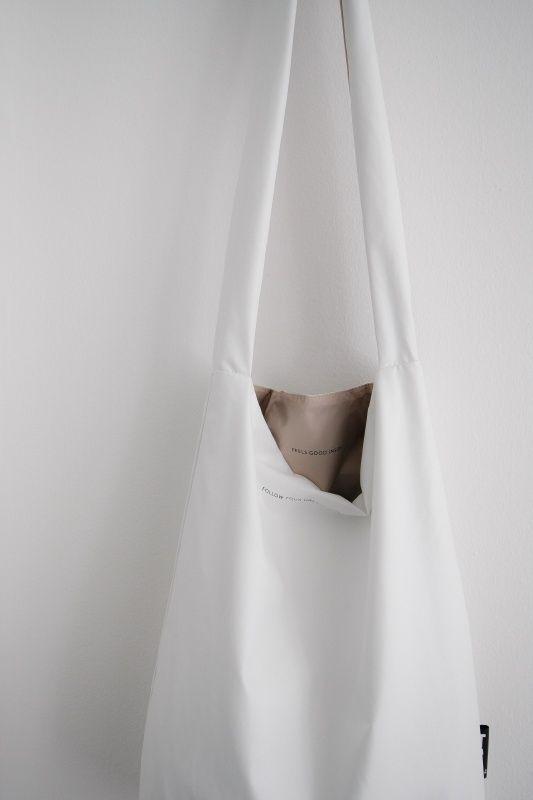 'Follow your dreams, they know the way'… staat er subtiel op deze Tinne+Mia feelgood bag. ;Een soepele tas die draagt als een kledingstuk. Gemaakt van een kunstvezel die net aanvoelt als zacht leer en gevoerd is met een fraaie bijpassende voering. ;Verpakt in een fijne bijpassende etui, met een toffe koperen rits, handig als bag-in-the-bag bijvoorbeeld. ;