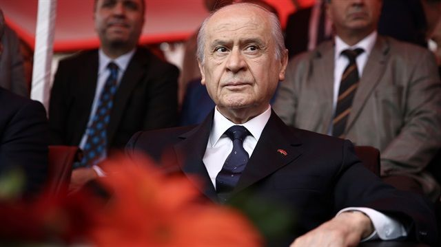 """MHP lideri Bahçeli'den çok net Başika mesajı: Bu bir zorunluluktur Türk askerinin Başika'daki varlığına işaret eden MHP lideri Devlet Bahçeli, """"TSK'nın Başika'da bulunması, bölge güvenliği açısından zorunluluktur. Irak'ın, topraklarında terör örgütleri cirit atarken, Türkiye'ye 'işgalci' muamelesi yapması akıl tutulmasıdır"""" dedi."""