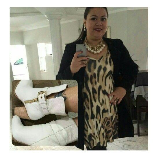 Arrasou Caa  AMAMOS o #lookcarolcamilamodas  { Vestido Estampado de Onça Shoulder ● Maxi Colar Corrente com Pérolas ● Bota Salto Bloco Impecável de Couro Branco Morena Rosa Shoes }  《♡》  #weloveit #winter15 #inverno15 #imperdível #trend #lançamentocoleção #news #euqueroo #inlove #lançamento #provadorfashion #glamour #details #luxo #temnacarolcamilamodas #clientelinda #desejododia