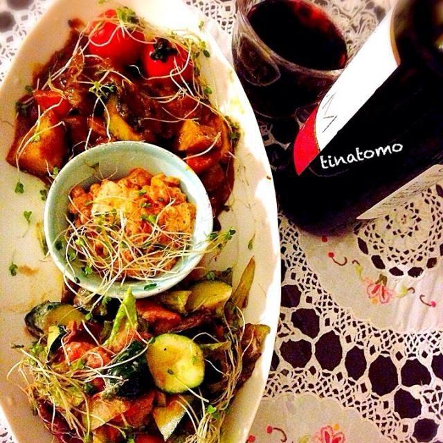 こんな時間に頂きます^ - ^  ジャガイモとズッキーニ、エリンギをアンチョビとお塩少しで炒め揚げ。  それに、冷蔵しておいたカレーを和えましたー! - 124件のもぐもぐ - 夕食!冷蔵しておいたカレー。キムチ納豆。スモークサーモンオリーブオイルバルサミコヨーグルトソースマリネサラダ! by Tina Tomoko
