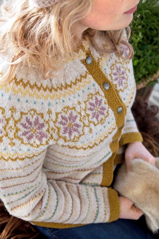 pesialdesignet kofte for Lev Landlig I anledning Lev Landligs 10-års jubileum fikk Liv Sandvik Jakobsen og Lene Holme Samsøe oppdraget med å designe en Lev Landlig-kofte i to varianter – den ene i dus og feminin palett, og den andre mer klassisk i grått og blått.