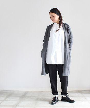 マイヨ(maillot)には、キナリノ読者にもおすすめしたいベーシックアイテムが揃います。そのアイテム一つ一つは、定番と言われるアイテムたちですが、絶妙なサイズ感や豊富なカラーバリエーションによって独特の個性溢れるカジュアルファッションブランドです。 こちらは、上質なスイスコットン100%で作られたロングシャツ。全体的にゆったりとしたオーバーサイズですが、繊細なデザインがカジュアルになりすぎずにきちんと感をもって着ることができます。