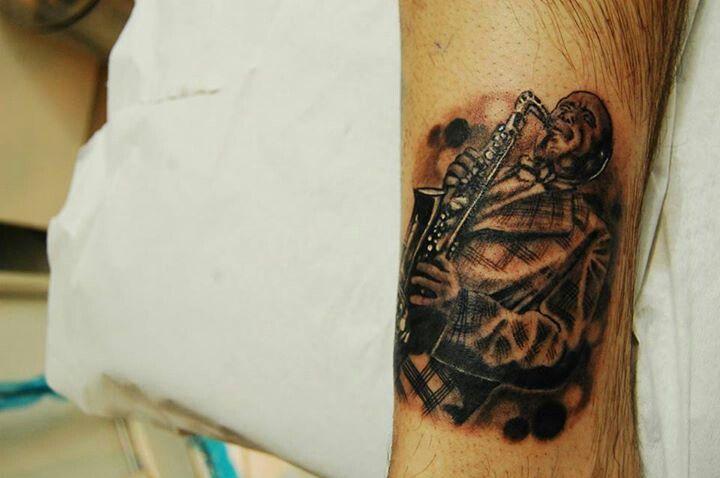 #blackandgrey #tattoo #jazz #jazzman #stgochile by pincel tattoo