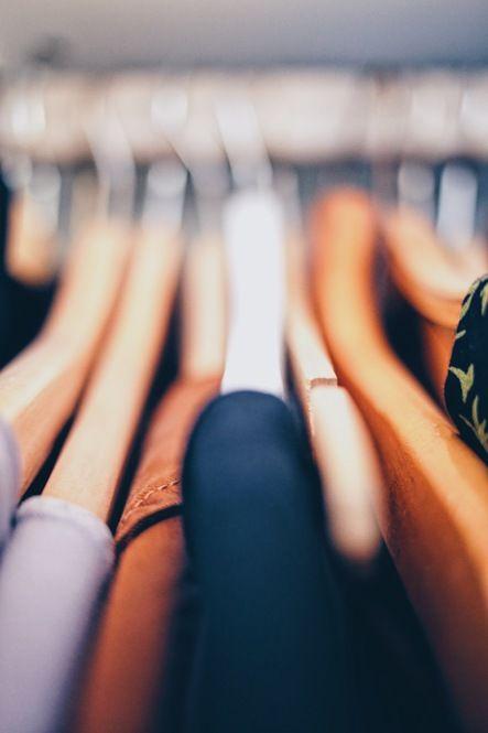 収納場所が少ない賃貸物件や、狭いクローゼットなど、限られたスペースを整理整頓!コートやニット、かさばる「冬服」がスッキリ収まる、上手な収納アイデアをご紹介します。