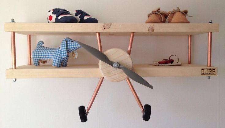Duurzame kinderkamers: Hier blijf je naar kijken. Van De Vliegenier voor de allerkleinste vliegeniers. De vliegtuigwandplank is met de hand gemaakt van Scandinavische fijnspar. Deze gaat nooit meer uit de kinderkamer.