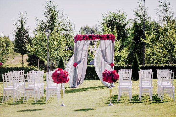 Оформление выездной регистрации в цвете фуксия, в сочетании с холодным серым. Белые стулья кьявари, свадебная арка и композиции на метровых канделябрах создали эту свадебную церемонию