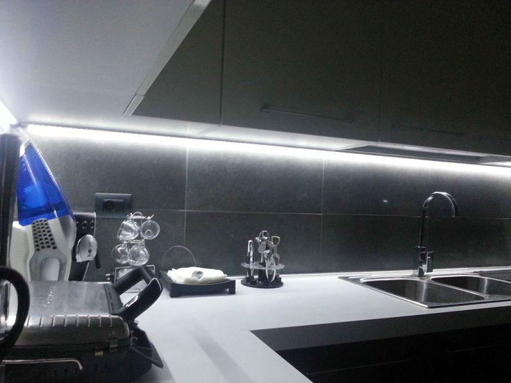 il piano di una cucina illuminato da una striscia led bianca strisce led pinterest il piano and led