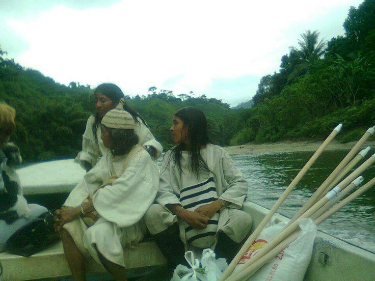 Indígenas Koguis a través del Rio Don Diego