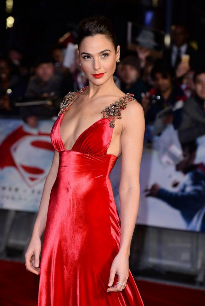 . Галь Гадот в откровенном платье на премьере фильма «Бэтмен против Супермена» Israel rules!!!!