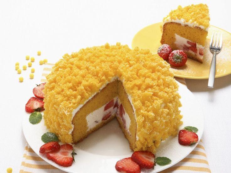 Торт «Мимоза» известен, как десерт в честь женского дня 8 Марта. Но учитывая тот факт, что в состав крема входит клубника, я не могла утаивать этот рецепт до следующей весны. Клубнику смело можно заменять другими сезонными ягодами и фруктами, например: черникой, киви, апельсинами, ананасом. Для того чтобы бисквит имел ярко-жёлтый цвет нужно использовать яйца с […]