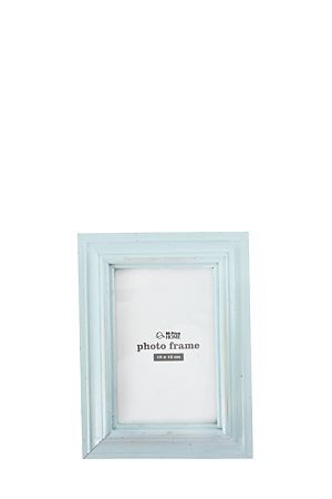 This classic frame is a perfect way to display treasured memories. Measures 10x15cm.