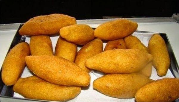 Bolinho de Frango, feito com farinha de milho! Um salgadinho diferente que é umadelícia Ingredientes Bolinho de frango Recheio 1 frango inteiro cozido e