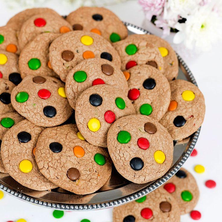 Goda Non stopkakor. Dekorera kakorna med färgglada chokladlinser.