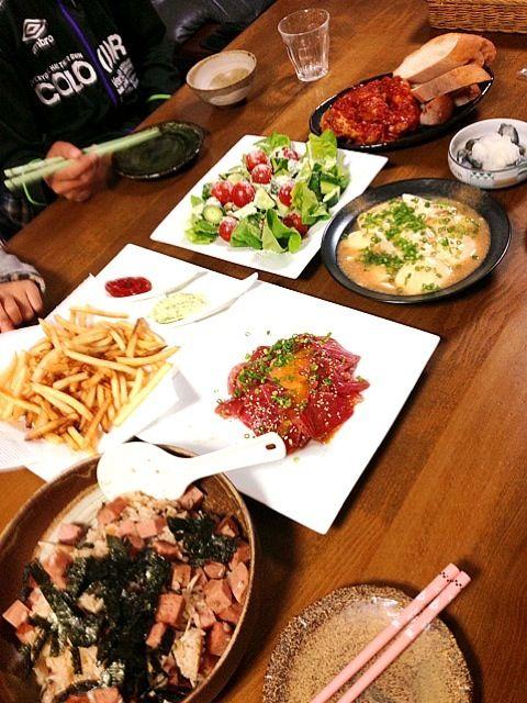 いろいろ作ったょ( ^ω^ ) - 3件のもぐもぐ - スパム炊き込み御飯、フライドポテト、まぐろユッケ、サラダ、明太子豆腐、手羽元トマト煮込み、なまこ酢 by ykitchen