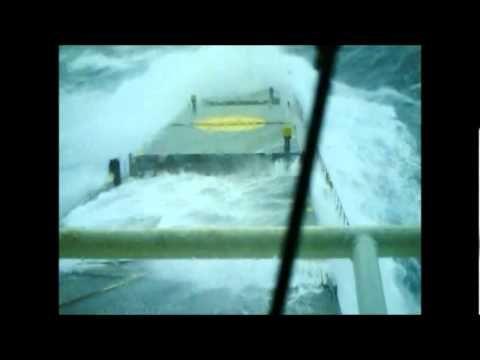 Navio de carga enfrenta ondas gigantes. INCRÍVEL ! - YouTube