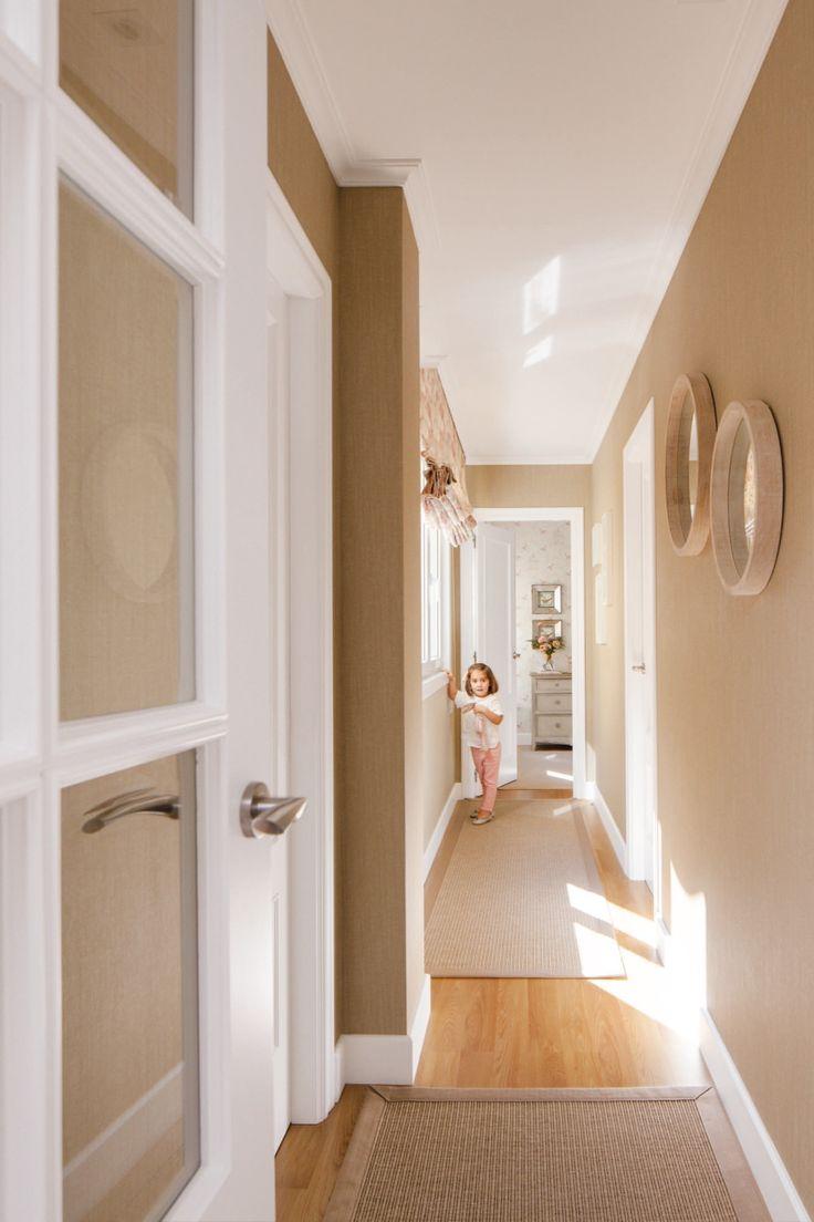 """Con papel pintado""""En el pasillo pusimos papel con relieve. ¡Da una sensación muy acogedora!"""", opina Celia."""