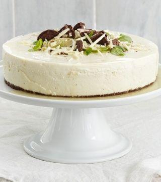 Lime-valkosuklaakakku keksipohjalla. Gluteenittomat täytekeksit tai muut keksit ja kaakaojauhe, laktoositon valkosuklaa.