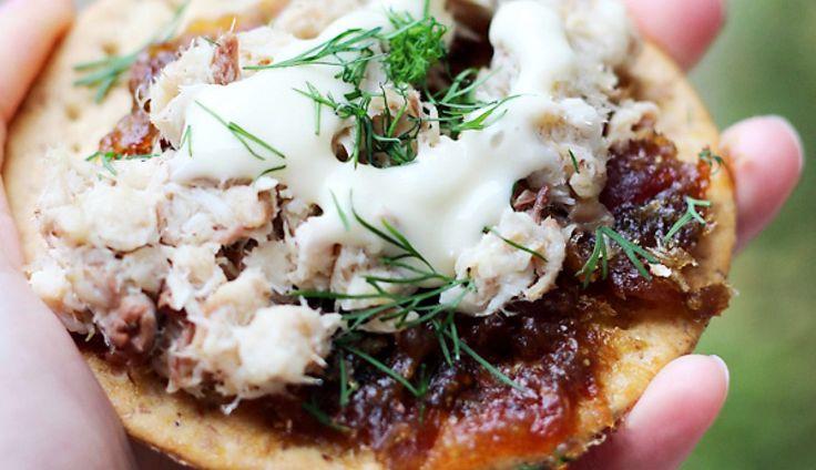 De combinatie van makreelsalade met zoete dadels en frisse citroenmayonaise is hemels. Heerlijk op crackers of ciabatta-broodjes.  Wel de dadels 10...