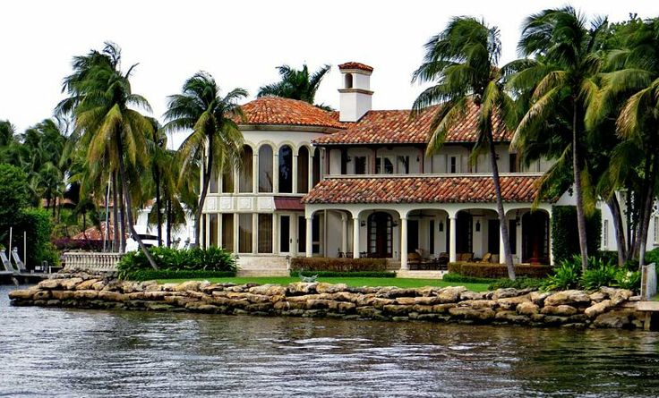 Homes along the New River, Fort Lauderdale, Florida, USA