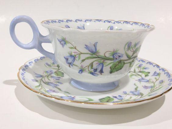Šálek na čaj * bílý porcelán s ručně malovanou dekorací modrých zvonků se zdobeným modrým okrajem a ouškem ♥