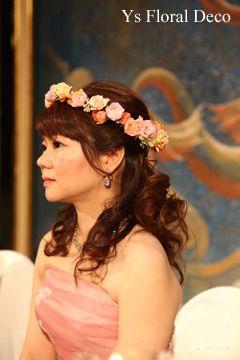 こちらのおふたりのお色直し時のご様子です。白ドレスからピンクのドレスにお召し替えです。ウェーブの効いたダウンスタイルのヘアに花冠。新婦さんにとっても似合っ...