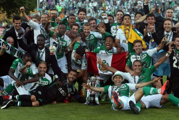 Sporting's players pose for the media with their trophy after winning the Portugal Cup at the National stadium, in Oeiras, near Lisbon, Portugal, Sunday,  May 31, 2015. Photo: Francisco Seco, AP / AP