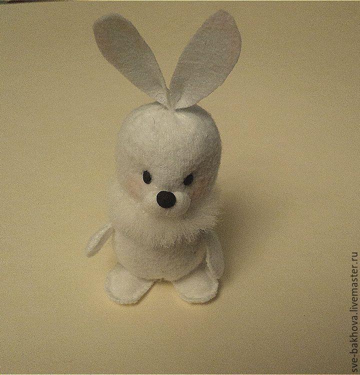 Хочу показать, как сделать с детьми маленького зимнего зайца. Можно самостоятельного, а можно в компанию к Дедушке Морозу и Снегурочке. Высота зайца — 5 см. Материалы: белый флис размером 7 х 5 см, белый фетр, полоска белого меха, бусинки для носа и глаз (можно заменить горошинками чёрного перца), белые нитки, вата. Инструменты: иголка, зубочистка, ножницы, простой карандаш для раскроя,красный цветной карандаш, клей «Момент Кристалл».
