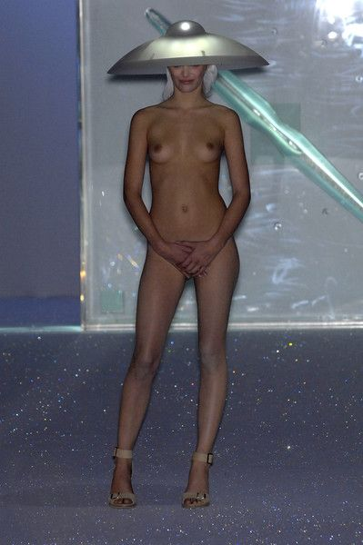 Hussein Chalayan at Paris Fashion Week Spring 2007 - Runway Photos
