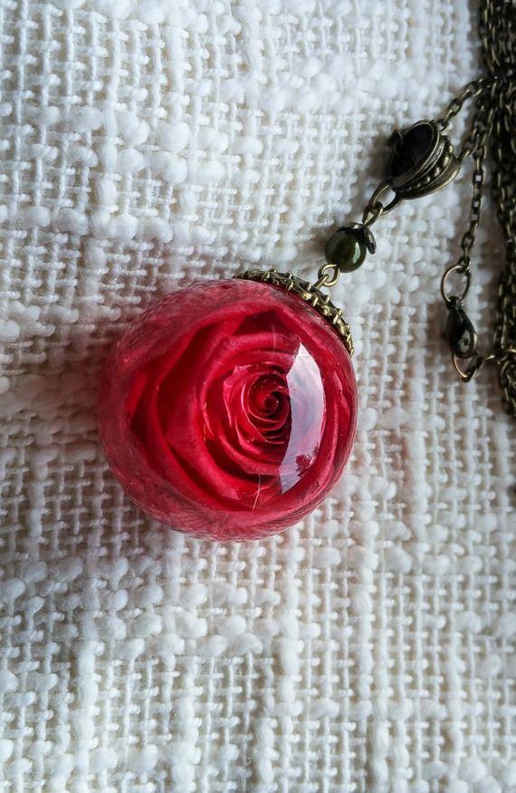 collier sautoir bulle de résine avec rose rose fuchsia conservée incluse