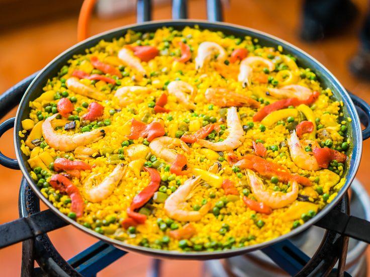 La paella est la spécialité espagnole la plus connue à travers le monde, et n'a pas besoin de présentation. Cette version super-rapide ne prétend pas être la véritable paella; il s'agit plutôt d'une excellente recette-dépannage qui utilise des ingrédients qu'on a facilement sous la main.