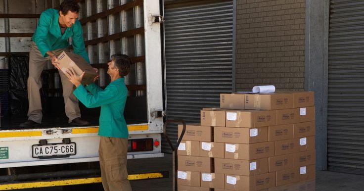 ¿Cuáles son las tareas de un conductor de camiones local?. Los conductores de camiones locales viajan en una región geográfica pequeña, como una ciudad o un condado. A diferencia de los conductores de larga distancia o de cargas pesadas que operan camiones con remolque, los conductores de camiones locales conducen típicamente pequeños camiones o furgonetas de reparto.