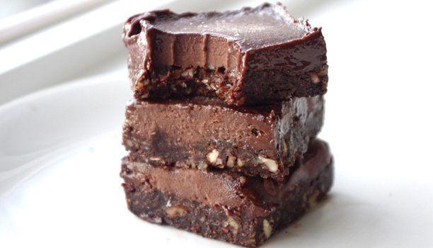 Πανεύκολο σοκολατένιο γλύκισμα ψυγείου με μπανάνα και ξηρούς καρπούς