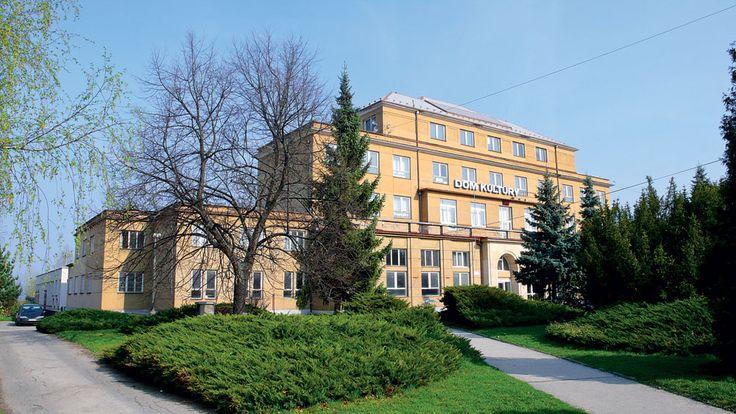 Dom kultúry sa nachádza na Bratislavskej ulici, na mieste, ktorého urbanistické riešenie vzniklo v ateliéri architekta Jiřího Krohu.