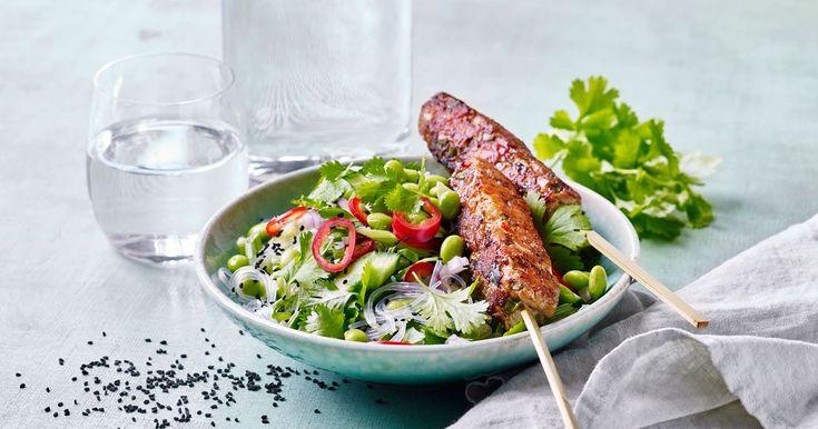 Skøn mad med eksotisk smag....fx er der både svinekød og rejer i de krydrede sticks. Og så er der knald på farverne i den flotte salat med nudler, edamamebønner, rødløg, lime, koriander, chili og sorte sesamfrø. En salat der også passer fint som tilbehør til grillmad.