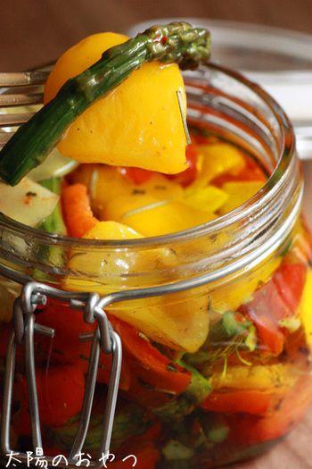 漬ける前にオーブンでじっくり焼くことで、野菜の甘さが格段にアップ!夏野菜で作れる、彩り鮮やかなオイル漬けです。
