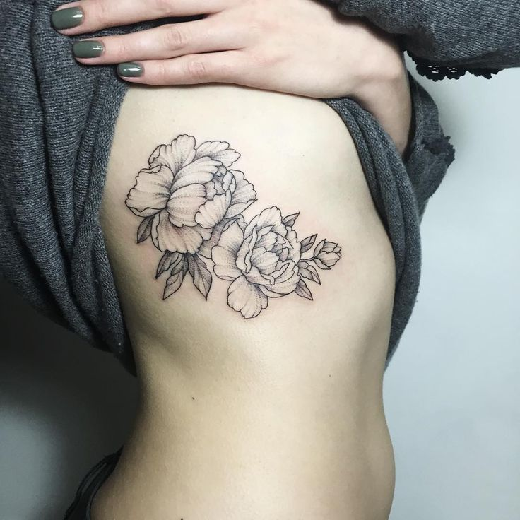 Цветы татуировка под грудью