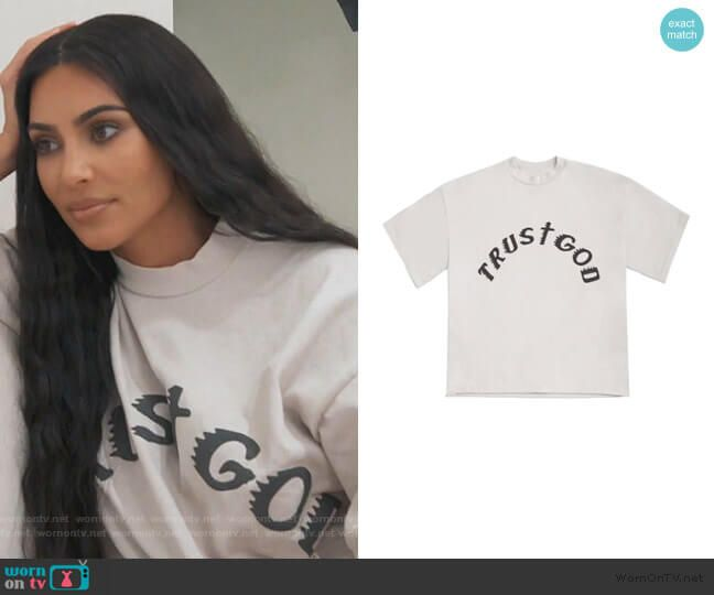 Kim S White Trust God Tee On Keeping Up With The Kardashians Kardashian Style Outfits Kim And Kanye Jenner Outfits