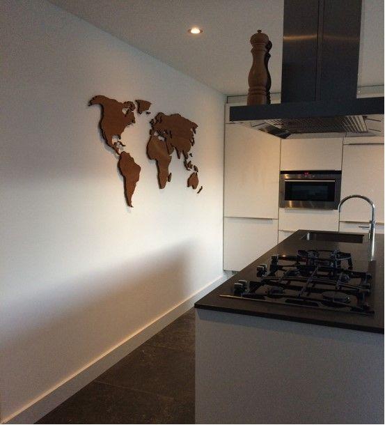 Voorbeeld van een houten wereldkaart XL met gegraveerde landgrenzen, 180 x 90 cm, 9 mm dik, rustiek eikengebeitst. Ter verfraaiing van de keuken van een familie in Nederland. Ze zijn er super blij mee!